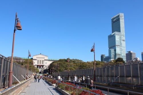 0104:大阪市立美術館 動物園側からハルカスと共に