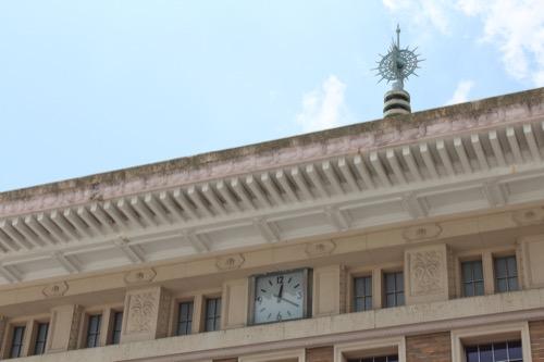 0109:奈良市総合観光案内所 時計と奥の九輪