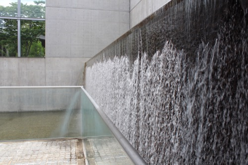 0123:京都府立陶板名画の庭 滝のように落ちる水