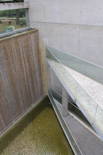 0123:京都府立陶板名画の庭 地上階から三角の突端を見る