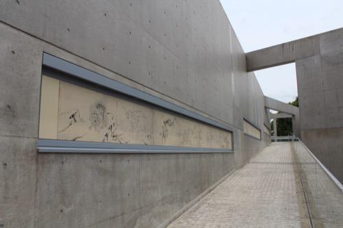 0123:京都府立陶板名画の庭 スロープに飾られた鳥獣戯画