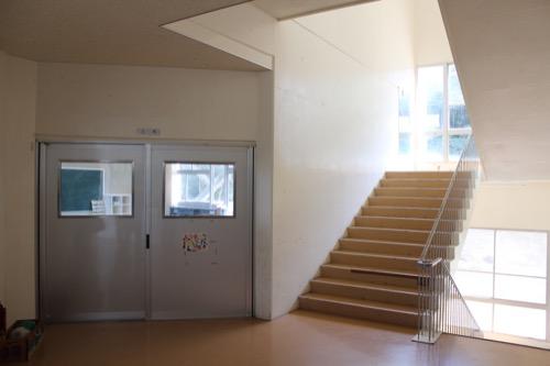 0128:直島小学校 教室と階段