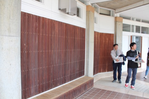 0129:直島中学校 木張りのベンチ・壁