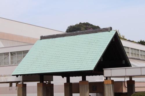 0129:直島中学校 武道館入口の銅板吹き屋根