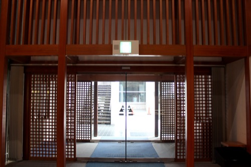 0133:香川県文化会館 入口を内部側から