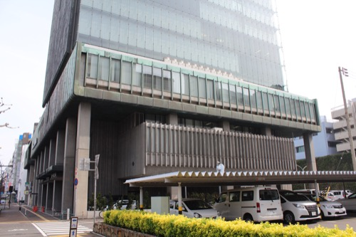 0134:百十四銀行本店 南側から寄っていく