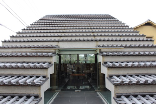 0136:西園寺 本堂入口から奥の仏像をみる