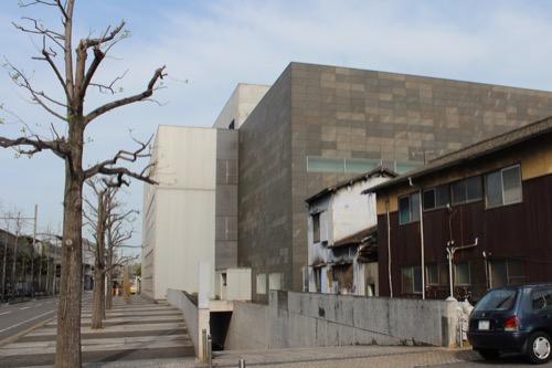 0137:丸亀市猪熊弦一郎現代美術館 JR線路側から