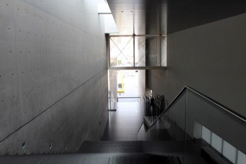 0137:丸亀市猪熊弦一郎現代美術館 階段から広場をみる