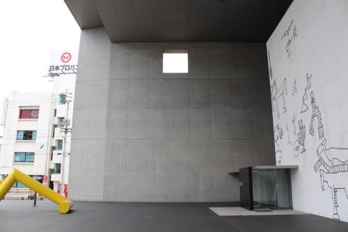 0137:丸亀市猪熊弦一郎現代美術館 正面の窪みから入口をみる