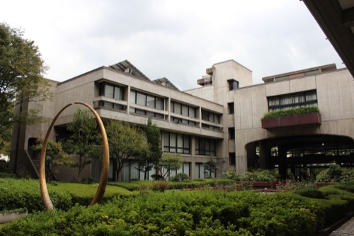 0138:岡山県庁舎 地上階の中庭①
