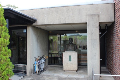 0142:林原美術館 入口横の銅像