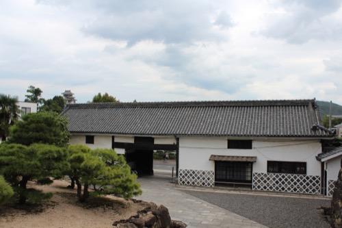 0142:林原美術館 玄関から烏城をみる