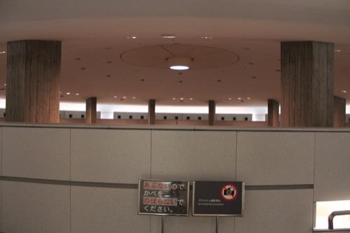 0144:国立広島原爆死没者追悼平和祈念館 アプローチから空間中央をみる