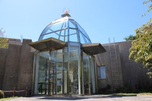 0156:松柏美術館 ガラスの入口②