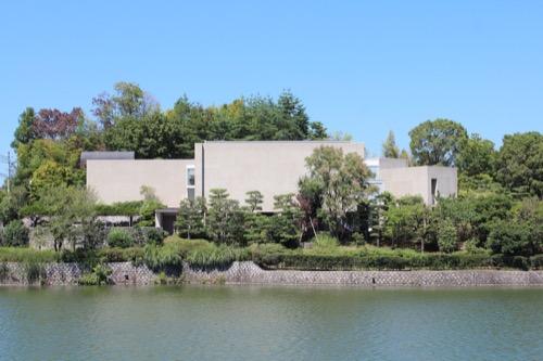 0156:松柏美術館 湖畔から美術館を見る③