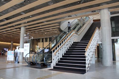 0160:ぎふメディアコスモス 2階へのエスカレーター