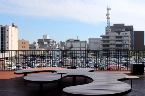 0160:ぎふメディアコスモス テラスから駐車場をみる