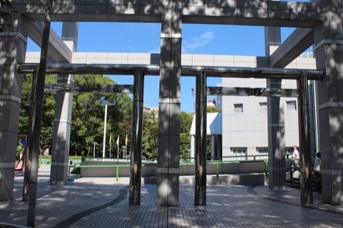 0162:名古屋市美術館 メタリックな鳥居