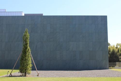 0167:豊田市美術館 正面広場から④