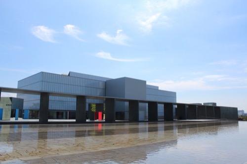 0167:豊田市美術館 池越しに美術館を見る①