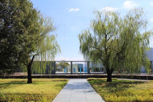 0167:豊田市美術館 池越しに美術館を見る③