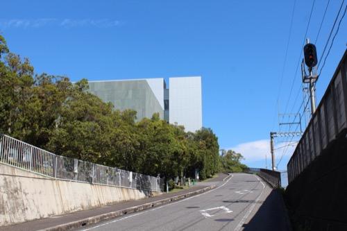 0167:豊田市美術館 環状鉄道沿いにみえる美術館