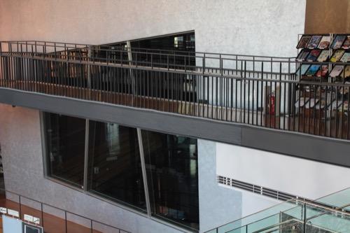0168:穂の国とよはし芸術劇場 銀色左官壁の活動室