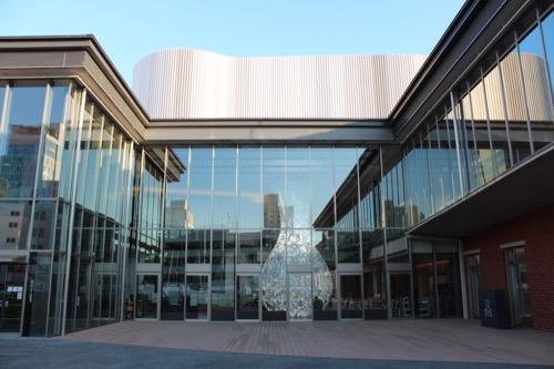 0168:穂の国とよはし芸術劇場 南側広場から①