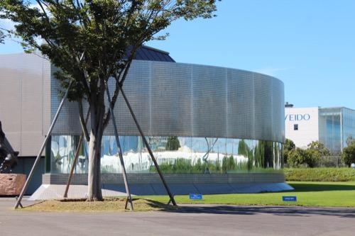 0170:資生堂アートハウス ミラーに映る新幹線