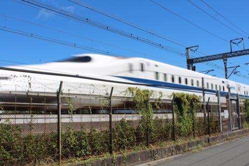 0170:資生堂アートハウス 脇を走る新幹線