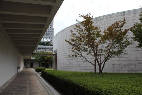 0146:ひろしま美術館 広場の外部回廊