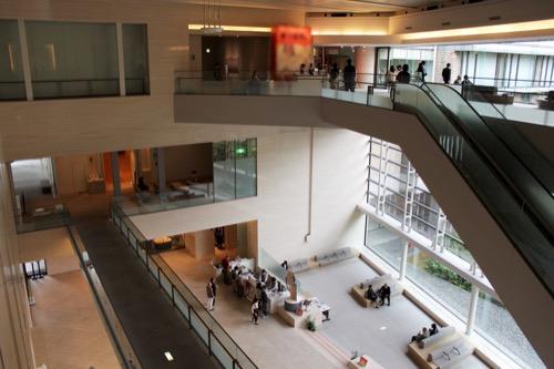 0147:広島県立美術館 メインロビーを3階から