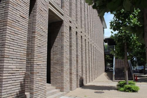 0150:兵庫県立芸術文化センター 東側のレンガ壁①