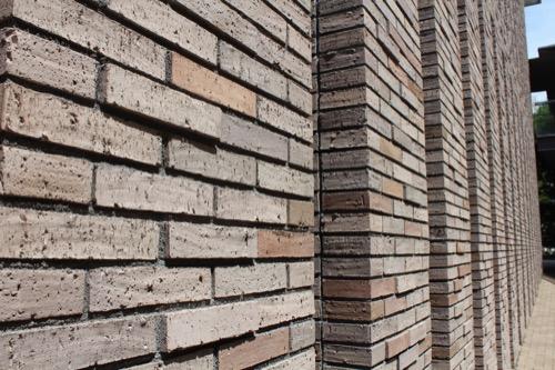 0150:兵庫県立芸術文化センター 東側のレンガ壁②