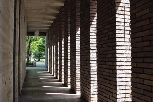 0150:兵庫県立芸術文化センター レンガ壁内部の廊下から