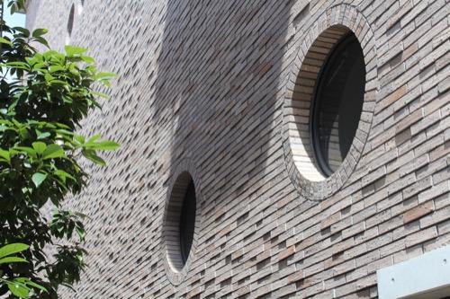0150:兵庫県立芸術文化センター 丸窓が備わったレンガ壁