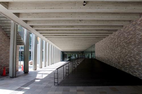 0150:兵庫県立芸術文化センター ペデストリアン下のピロティ