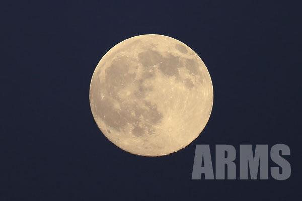 クレーターまでも見える満月