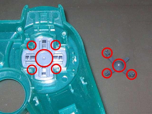 PS コントローラー(デュアルショック エメラルド) スプレーを使ってメンテナンス、十字キー(画像左側)と十字キーガイド(画像右側)の接触部分にドライファストルブを噴射