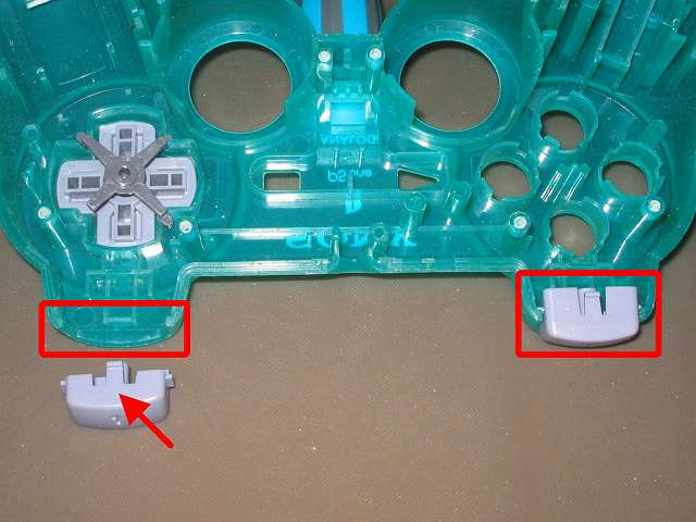 PS コントローラー(デュアルショック エメラルド) スプレーを使ってメンテナンス、L1・R1 ボタンと L1・R1 ボタン溝のすれ合う部分にドライファストルブを噴射