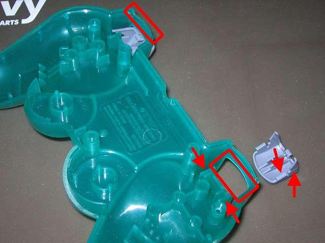 PS コントローラー(デュアルショック エメラルド) スプレーを使ってメンテナンス、L2・R2 ボタンと L2・R2 ボタン溝のすれ合う部分にドライファストルブを噴射