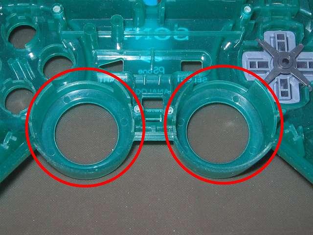 PS コントローラー(デュアルショック エメラルド) スプレーを使ってメンテナンス、アナログスティックの装着穴部分にドライファストルブを噴射