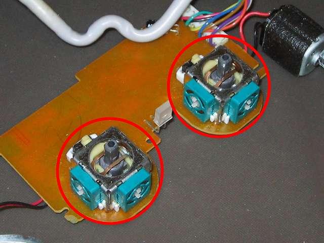 PS コントローラー(デュアルショック エメラルド) スプレーを使ってメンテナンス、エレクトロニッククリーナーで軸内部やボリューム?、タクトスイッチ内部の汚れを落とす