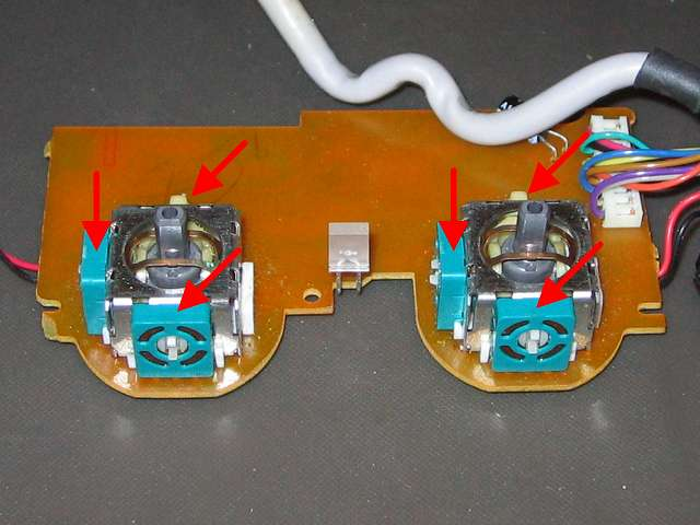 PS コントローラー(デュアルショック エメラルド) スプレーを使ってメンテナンス、ボリューム?(緑色の正方形部品)とタクトスイッチ(突起物があるボタン)に接点復活王 ポリコールキングを少量噴射してスティック操作して浸透させる
