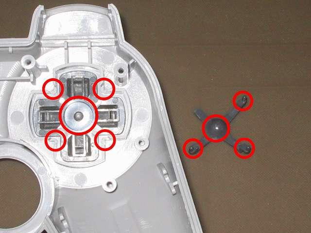 PS コントローラー(デュアルショック) スプレーを使ってメンテナンス、十字キー(画像左側)と十字キーガイド(画像右側)の接触部分にドライファストルブを噴射