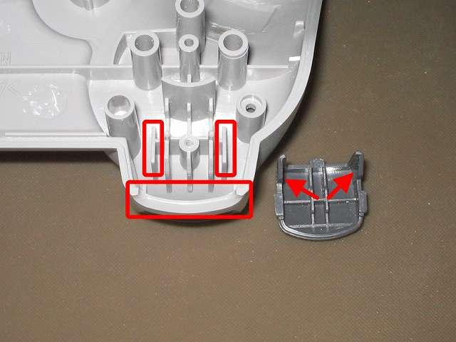 PS コントローラー(デュアルショック) スプレーを使ってメンテナンス、L2・R2 ボタンと L2・R2 ボタン溝のすれ合う部分にドライファストルブを噴射