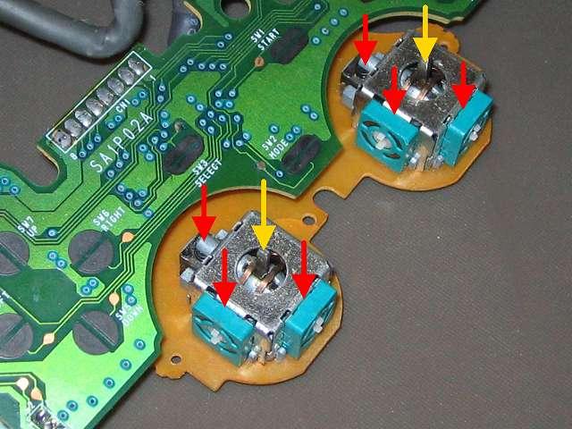PS コントローラー(デュアルショック) スプレーを使ってメンテナンス、ボリューム?(赤矢印先、緑色の正方形部品)とタクトスイッチ(赤矢印先、突起物があるボタン)に接点復活王 ポリコールキングを少量噴射してスティック操作して浸透させる、軸内部(黄色矢印先)にシリコンルブスプレーを噴射して軸操作で浸透させる
