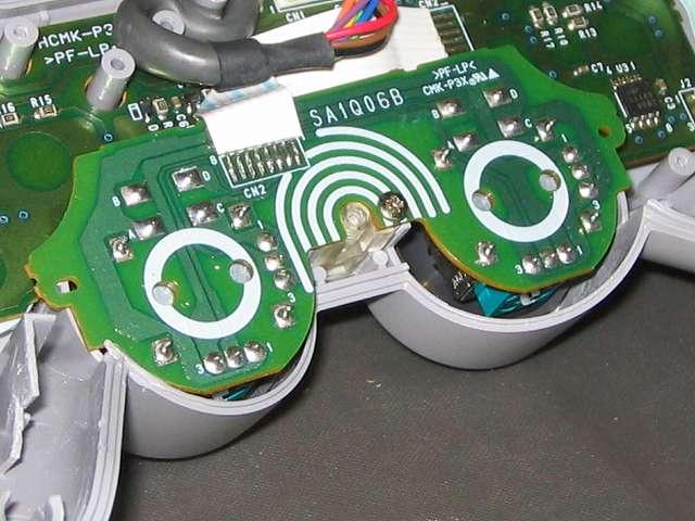 PS コントローラー(デュアルショック) スプレーを使ってメンテナンス、無水エタノールでアナログスティック軸から漏れたスプレー液をきれいにふき取ったところ