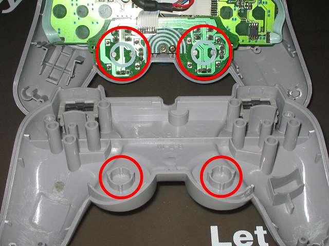 PS コントローラー(デュアルショック) スプレーを使ってメンテナンス、漏れたスプレー駅がプラスチックカバーに漏れたところ、念のためきれいにふき取る